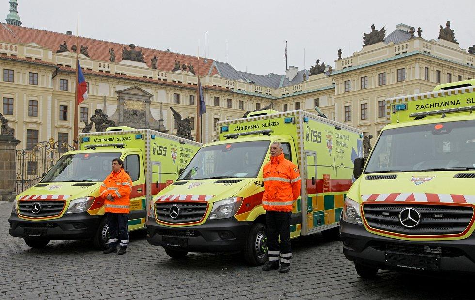 Slavnostní převzetí nových sanitních vozů na Hradčanském náměstí, které pokřtil kardinál Dominik Duka.
