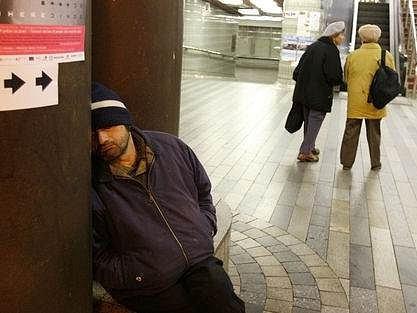 Bezdomovci patří k dalším stálým obyvatelům nádraží.