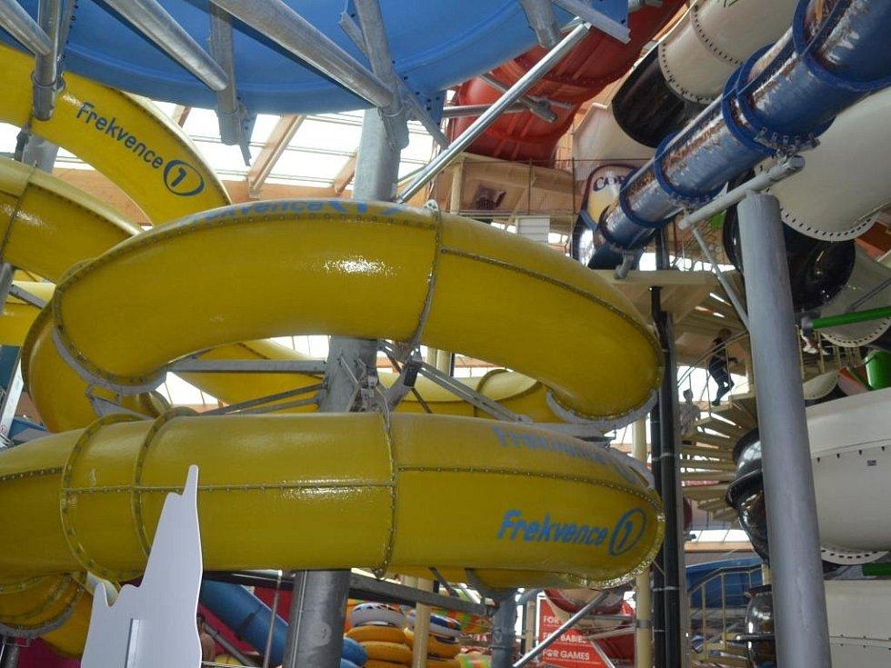 Z otevření nových tobogánů v čestlickém aquaparku.