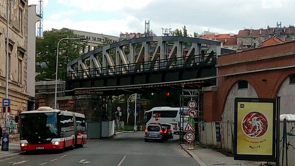 Nový most přes ulici Prvního pluku na Negrelliho viaduktu.