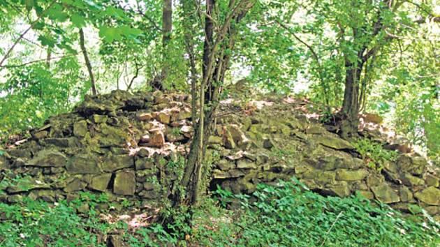 ZE ZŘÍCENINY Liběhradu zbylo i kvůli výstavbě železnice už málo zdí.