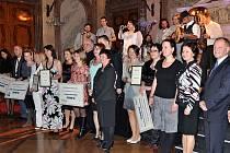 Ocenění Neziskovka roku si loni odnesly ze Senátu ČR čtyři neziskové organizace: Helppes Centrum výcviku psů pro postižené, Centrum ALMA, Lékořice a brněnský IQ Roma servis.