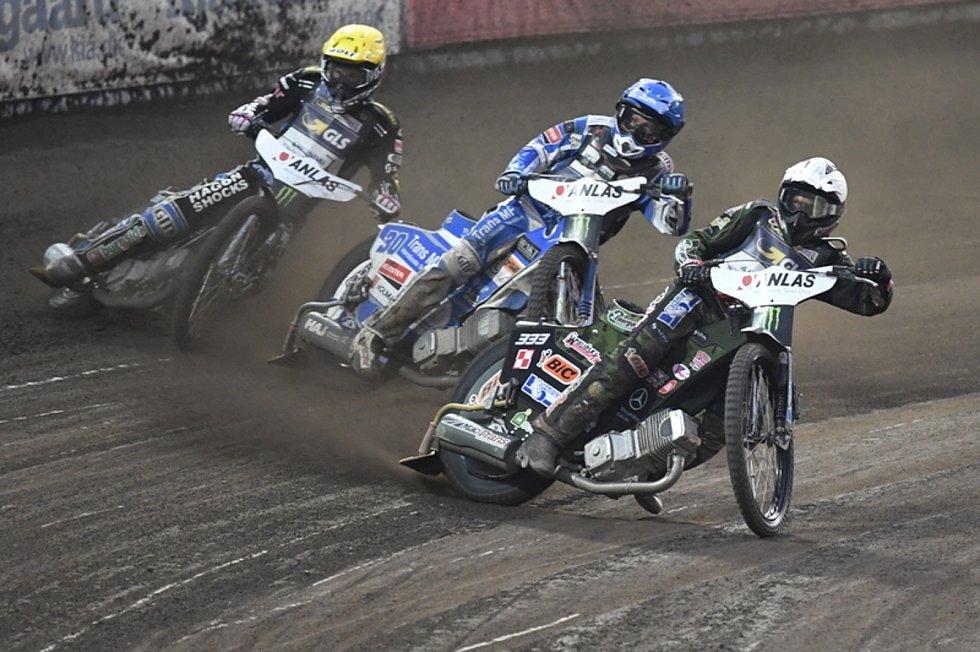 Grand Prix České republiky, závod MS na ploché dráze 15. června 2019 v Praze. Vyhrál Polák Janusz Kolodziej (vpravo) před dánským závodníkem Leonem Madsenem (uprostřed) a dalším polským jezdcem Patrykem Dudkem (není na snímku).