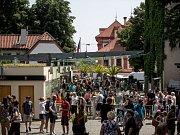 Tisíce lidí navštívili 6. července pražskou zoo. turniket, vchod