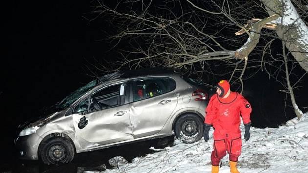 Vyproštění osobního automobilu z Vltavy na Veslařském ostrově v Praze.