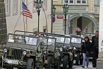 Vzpomínková jízda vojenských veteránů z druhé světové války se uskutečnila 30. dubna z Malé Strany přes Hradčanské náměstí na Staroměstské náměstí.