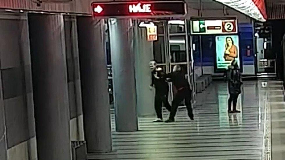 Násilníka se pokusili zadržet již na místě činu.