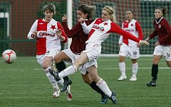 Sparťanka Lucie Martínková se snaží prosmýknout mezi dvěma slávistickými hráčkami, Marcelou Krůzovou (vlevo) a Janou Královou (vpravo).
