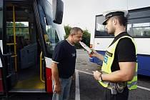 Policisté během velikonoční akce testovali u řidičů přítomnost alkoholu (archivní foto).