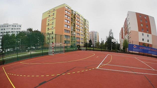 Moderní víceúčelové hřiště u ulice Loučimská na sídlišti Košík v Hostivaři
