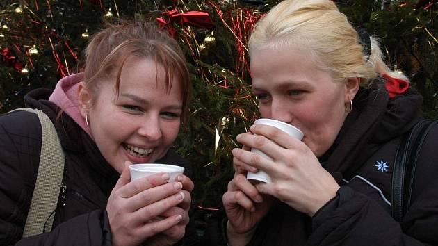 Lahodný grog na vánočních trzích? V Praze už si jej nedáte