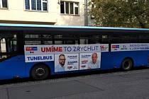 Politici TOP 09 vozí zájemce autobusem mezi Andělem a Hradčanskou tunely městského okruhu.
