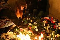 Pietní akt a zapalování svíček na památku studenta Jana Palacha u FF UK na náměstí Jana Palacha