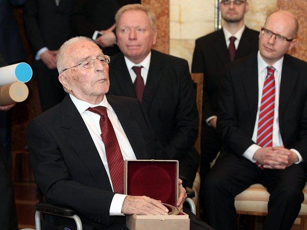 Bedřich Ulitz (letos oslaví své 94.narozeniny), převzal v pátek 11. dubna Cenu Arnošta Lustiga za rok 2013.