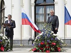 Prezident České republiky Miloš Zeman (vpravo) se v pondělí 9. května 2016 zúčastnil recepce, pořádané na ruském velvyslanectví v Praze při příležitosti výročí konce druhé světové války. Vlevo je ruský velvyslanec Alexandr Zmejevskij.
