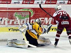 Trestné střílení proměněné v prvním kole baráže o hokejovou extraligu v Litvínově útočníkem pražské Slavie Milanem Mikulíkem.