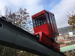 Červená lanovka jezdí přes park Mrázovka už od roku 1996.