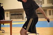 Jan Weber - několikanásobný mistr světa ve footbagu, neboli hakysaku, a freestyle fotbalu - umí žonglovat i s mobilem.