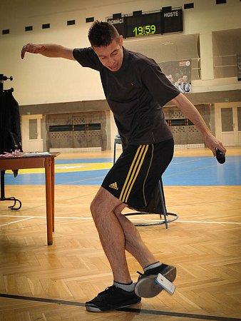 Jan Weber - několikanásobný mistr světa ve footbagu, neboli hakysaku, a freestyle fotbalu - umí žonglovat ismobilem.