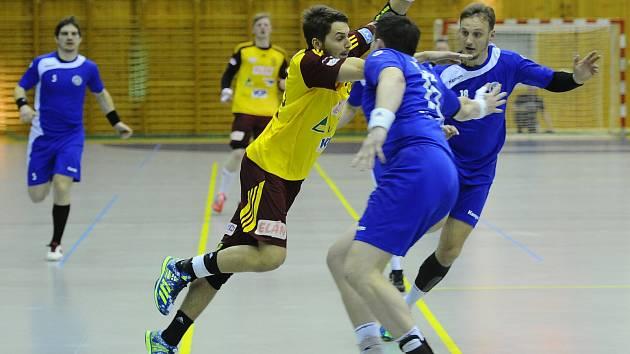 URAGÁN. Velmi silný vítr připomínali v extraligovém čtvrtfinále házenkáři Dukly. Brno přejeli ve třech zápasech rozdílem 34 branek. Čtrnáct z nich vsítil Štěpán Jeníček (u míče).