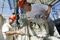 NEKVALITNÍ PRÁCE. Tak zní verdikt památkové inspekce, která zkoumala opravy Karlova mostu.