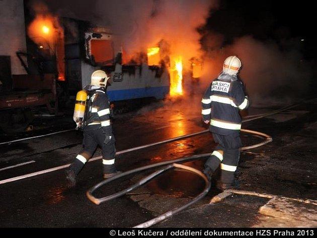 Požár zničil vagony obývané bezdomovci