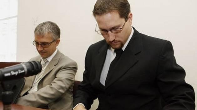 U Městského soudu v Praze proběhlo 26. září 2008 hlavní líčení s obžalovaným Milanem Pavlisem (na snímku vpravo), který v lednu tohoto roku ubodal u pražské Sazka Areny pětačtyřicetiletého občana USA.