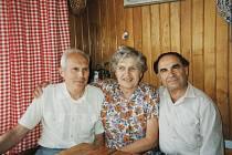 Manželé Moravcovi a jejich židovský svěřenec Harry Waksberg v 80. letech.