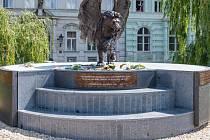 Okřídlený lev byl navržen a financován britskou komunitou žijící v Praze. Vybrala na něho 100 tisíc liber.