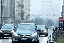Legerova ulice je jedním z míst s tradičně nejvyšším výskytem škodlivých emisích v pražské metropoli. Denně tudy projedou desítky tisíc aut.