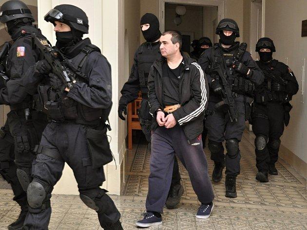 Městský soud v Praze v neveřejném jednání rozhodoval, zda bude z vazby propuštěn ruský občan Jevgenij Rotshtein, dříve Dogajev, který je podezřelý z pokusu o únos letadla na cestě z Moskvy do Ženevy v roce 2006, kdy musel letoun nouzově přistát v Praze.
