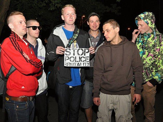 Z protestního promítání záběrů z policejního zákroku při vyklízení squatu Cibulka v Košířích.