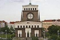 Monumentální chrám. Velmi originálně řešený kostel stojí uprostřed náměstí Jiřího z Poděbrad. Jeho autorem je slovinský architekt Josip Plečnik.