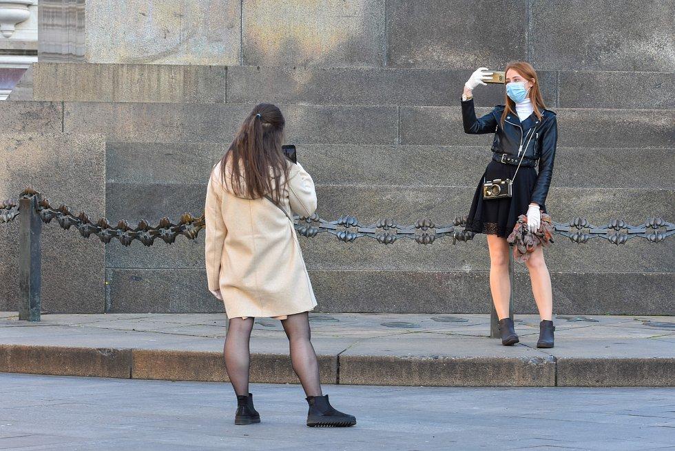 Prázdné ulice Prahy a lidé s rouškami 18. března 2020. Václavské náměstí, sv. Václav.