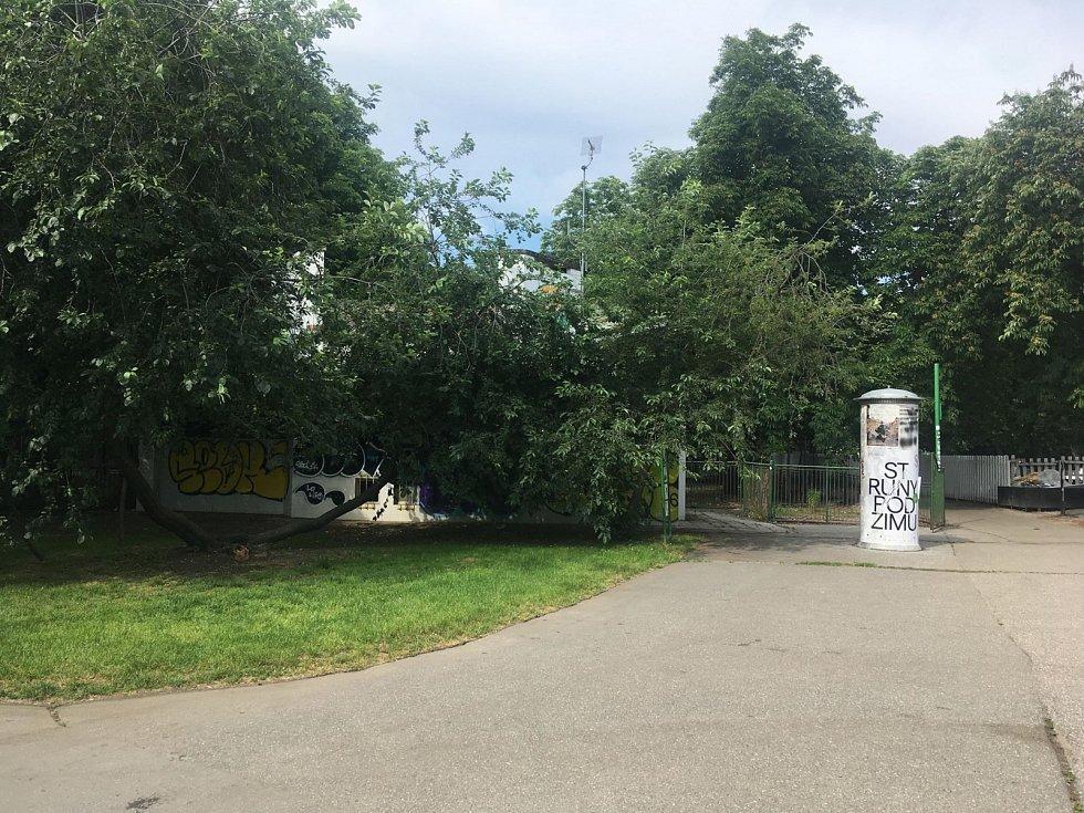 Zavřená zahradní restaurace v pražských Riegrových sadech.