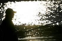 Mnoho pražských rybářů, kteří loví ryby buď z břehů řek a vodních nádrží, nebo z lodiček, vyjíždí často i mimo metropoli. Oblíbené je hlavně Posázaví, Berounka a jižní Čechy.