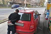 Stopař odcizil auto muži, který mu nabídl pomoc. Policie ho zadržela na benzínce.