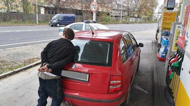 Krádež auta falešným stopařem