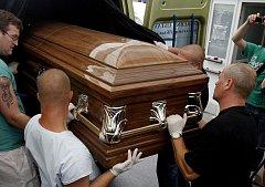 POSLEDNÍ CESTA DOMŮ. Rakev se zesnulým romským mladíkem opustila v úterý vinohradskou nemocnici.