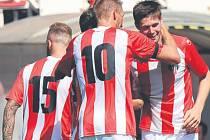 VYSVOBOZENÍ. Obránce domácích, Jiří Pimpara, přijímá gratulace. Jeho branka z 82. minuty zlomila zápas.