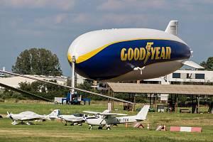 Pětasedmdesátimetrová vzducholoď Zeppelin NT s logem firmy Goodyear nad Prahou a zakotvená na letišti Letňany.