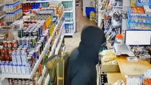 Muž podezřelý z loupeže ve večerce
