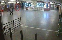 Obránkyně ve vestibulu metra Staroměstská.