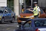 Policisté řídí dopravu na křižovatce ulic Českomoravská, Sokolovská a Čuprova v Praze na Balabence 16. srpna 2010. Prudká bouře s krupobitím, která se nad hlavním městem přehnala v neděli 15. srpna vyřadila na několika křižovatkách semafory z provozu.