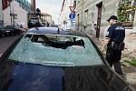 Prudká bouře spojená místy s krupobitím, která se nad Prahou přehnala v noci z 15. na 16. srpna napáchala řadu škod. V ulici Novákových v pražské Libni se utrhl kus komína a spadlé cihly poničily zaparkovaný automobil. Policisté museli okolí domu uzavřít