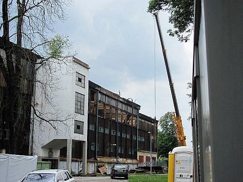 Demoliční jeřáb začal v sobotu ráno, za naprostého utajení, rozebírat střechu památkově chráněného stadionu na Štvanici
