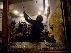 Skupina maskovaných lidí zapálila 6. února pražskou Kliniku, která pomáhá i uprchlíkům. Po útočnících pátrá policie.