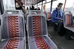 Textilni sedačky v tramvajích.