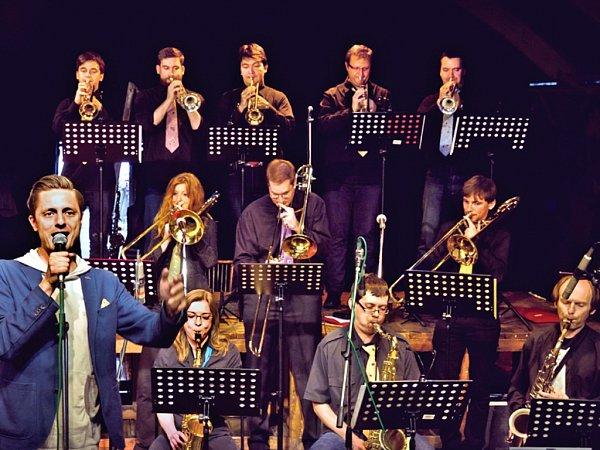 Čakovický J. J. Big Band na lodi Tajemství se zpěvákem Ondřejem Rumlem.