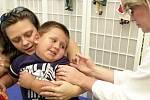 Možnost očkování proti klíšťové encefalitidě je podle lékařů nejen před obdobím zvýšené aktivity klíšťat, ale během celého roku. Přeočkování by pak mělo být každých pět let.